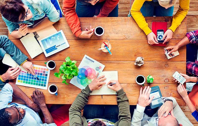 osuuskunta - yrittäjät pöydän ääressä