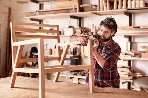 Puuseppä rakentaa nojatuolia