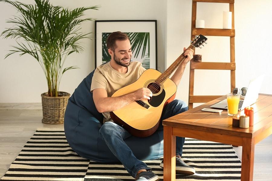 Kevytyrittäjä pitää kitaratuntia etänä