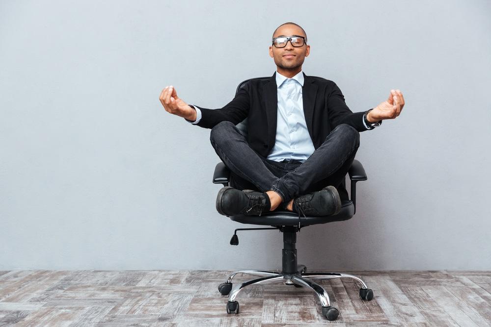 Yrittäjä joogaa toimistolla