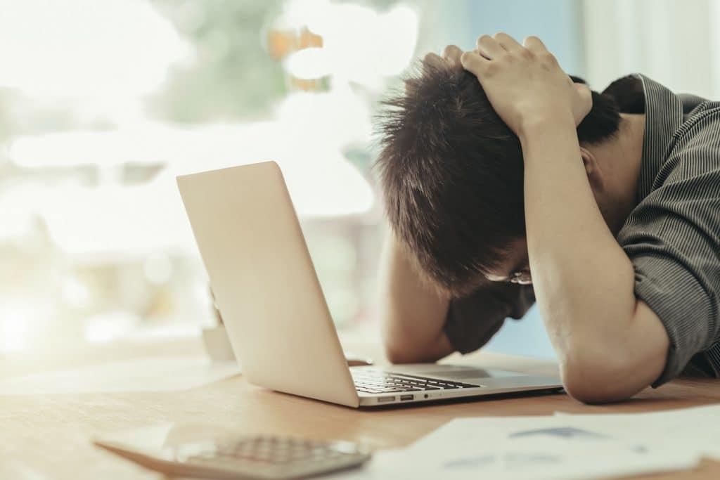 kriisiviestinta-stressaantunut-mies
