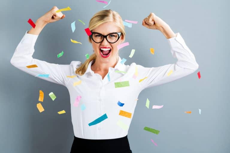 Kuvassa iloinen yrittäjänainen on löytänyt sisäisen yrittäjyytensä