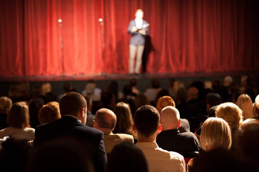 Standup koomikko lavalla