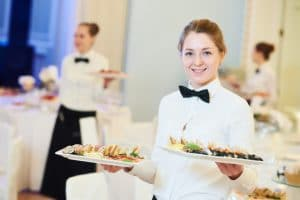 Tarjoilijat tarjoilee ruokaa