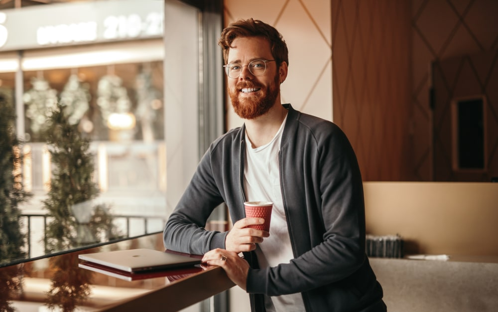 toiminimen-kirjanpito-itse-mies-hymyilee