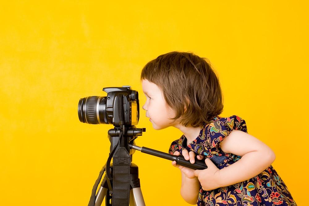 Tyttö kuvaa järjestelmäkameralla