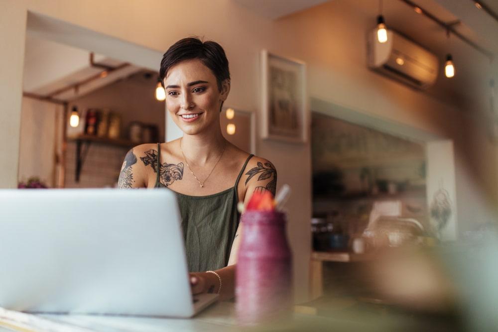 verovähennykset-toiminimelle-nainen-tietokoneella