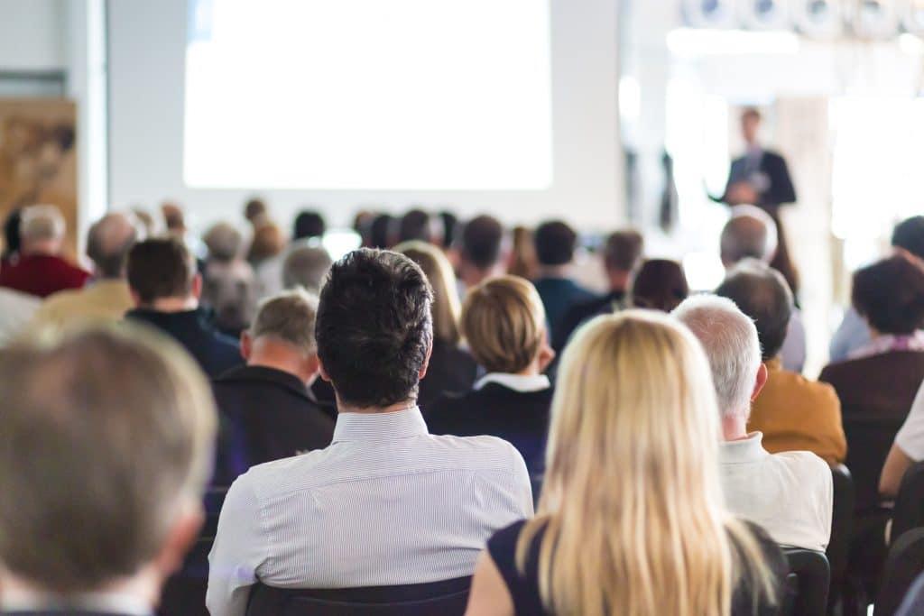 Yleisö kuuntelee kun puhuja kertoo tarinaa