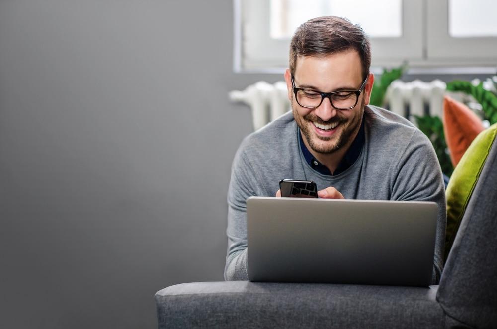 yrittaja-selailee-puhelimesta-tietoa