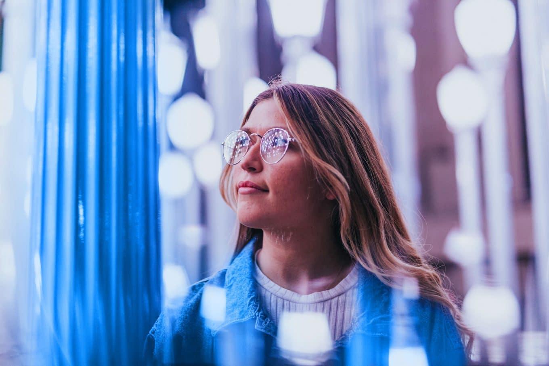 nuori-kevytyrttaja-nainen-valopilkkujen-keskella