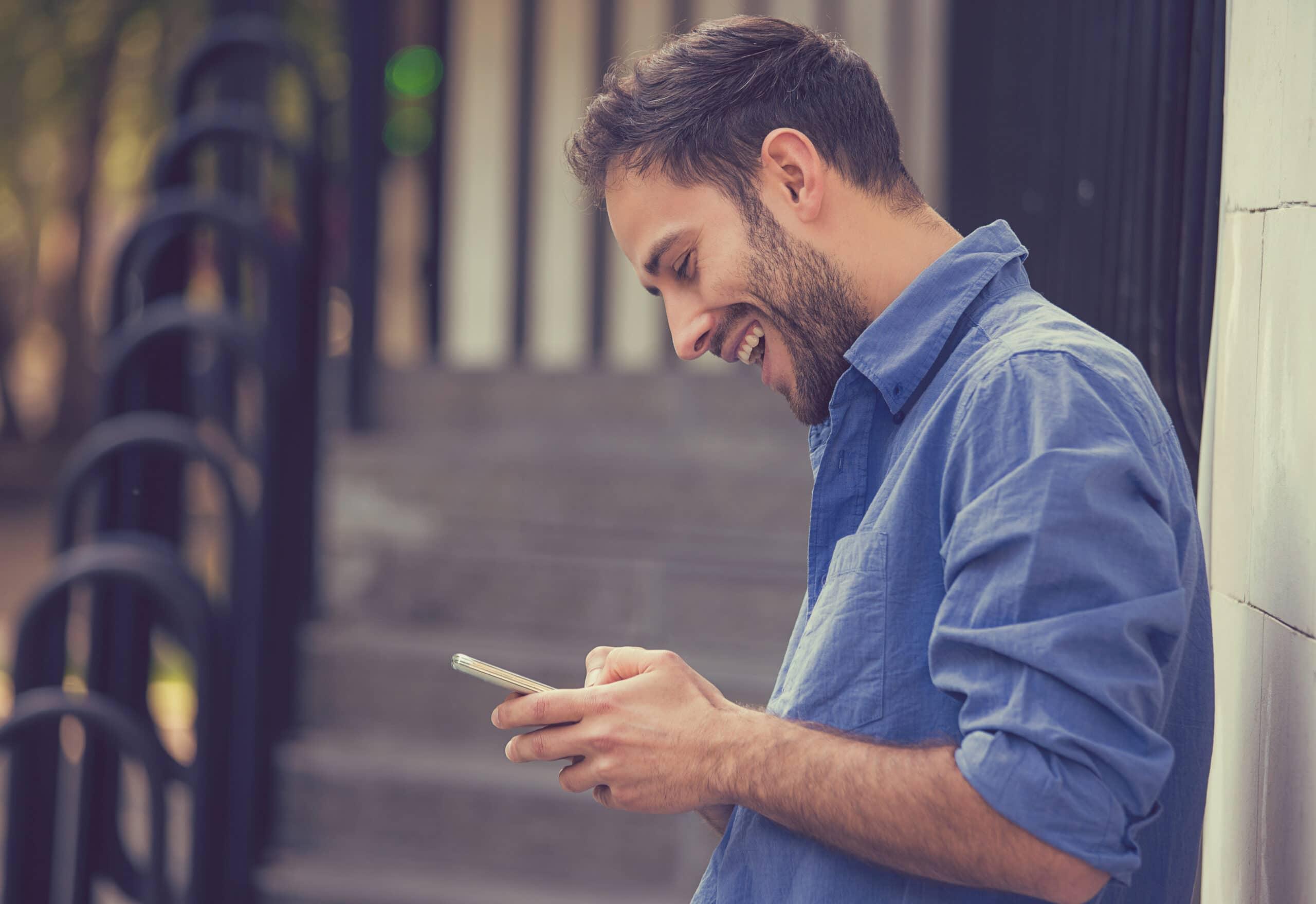 Somen parhaar yrittäjäyhteisöt. Mies selaa somea puhelimella.