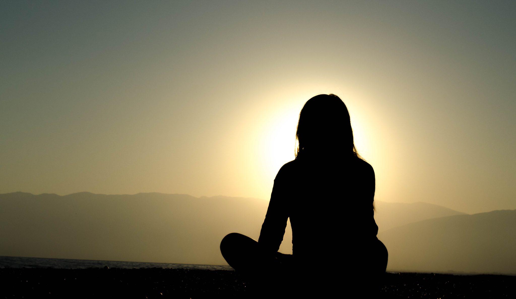 Ammatillinen kehittyminen. Nainen meditoi.