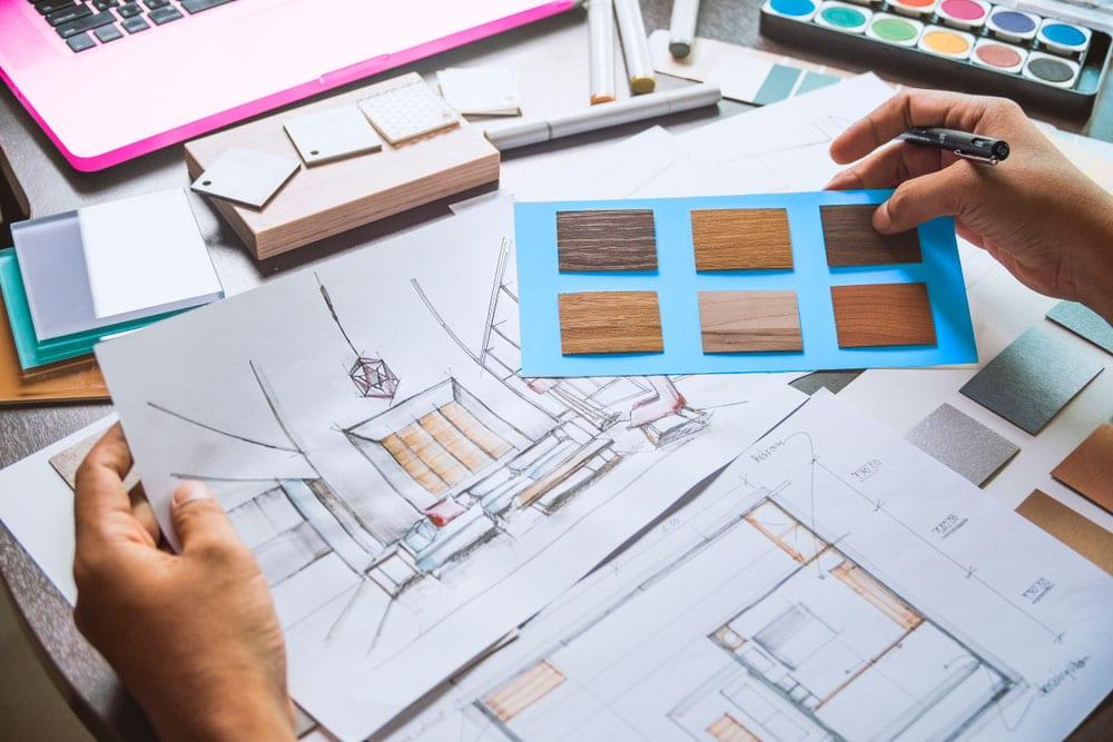 Sivutoiminen yrittäjyys ja sisustussuunnittelija työssään.