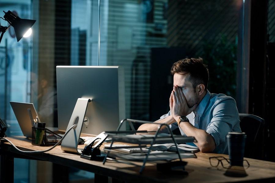 Stressaantunut yrittäjä tietokoneen ääressä