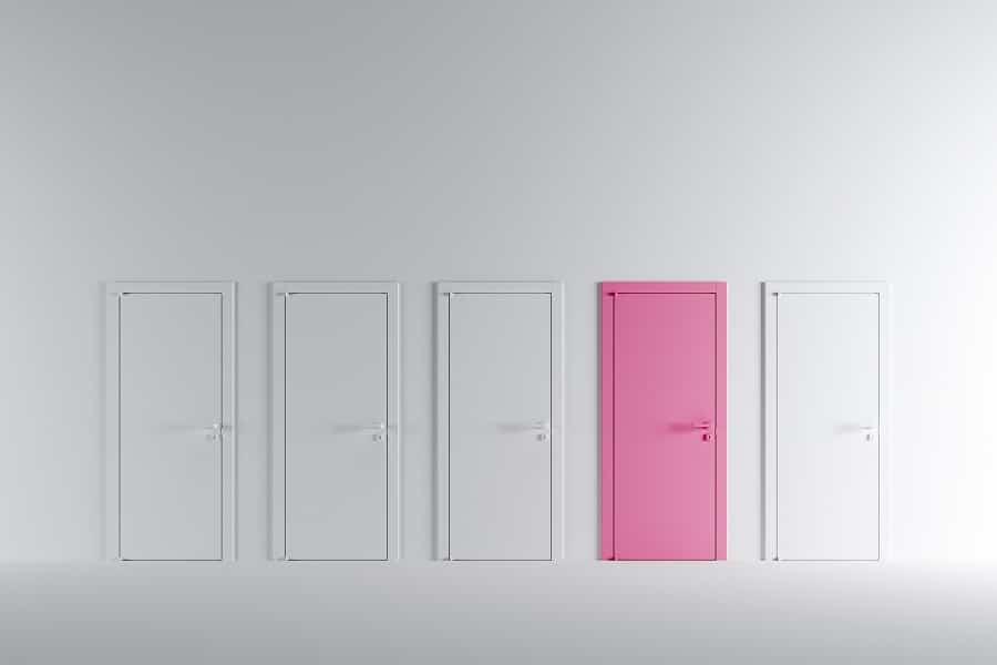 Neljä valkoista ovea ja yksi vaaleanpunainen