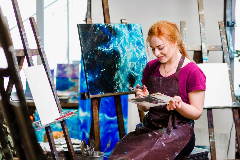 taiteilija-itsenainen-yrittaja-maalaamassa