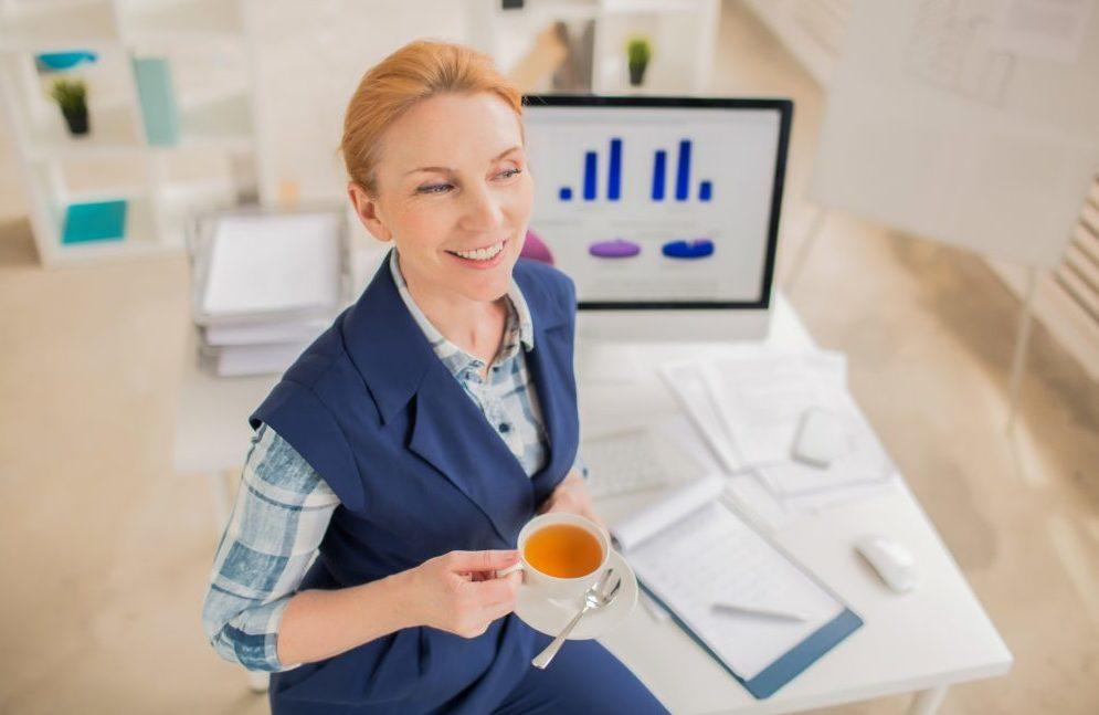 yrittäjä-töissä-tietokone-kahvi-UKKO.fi_-e1521710990684