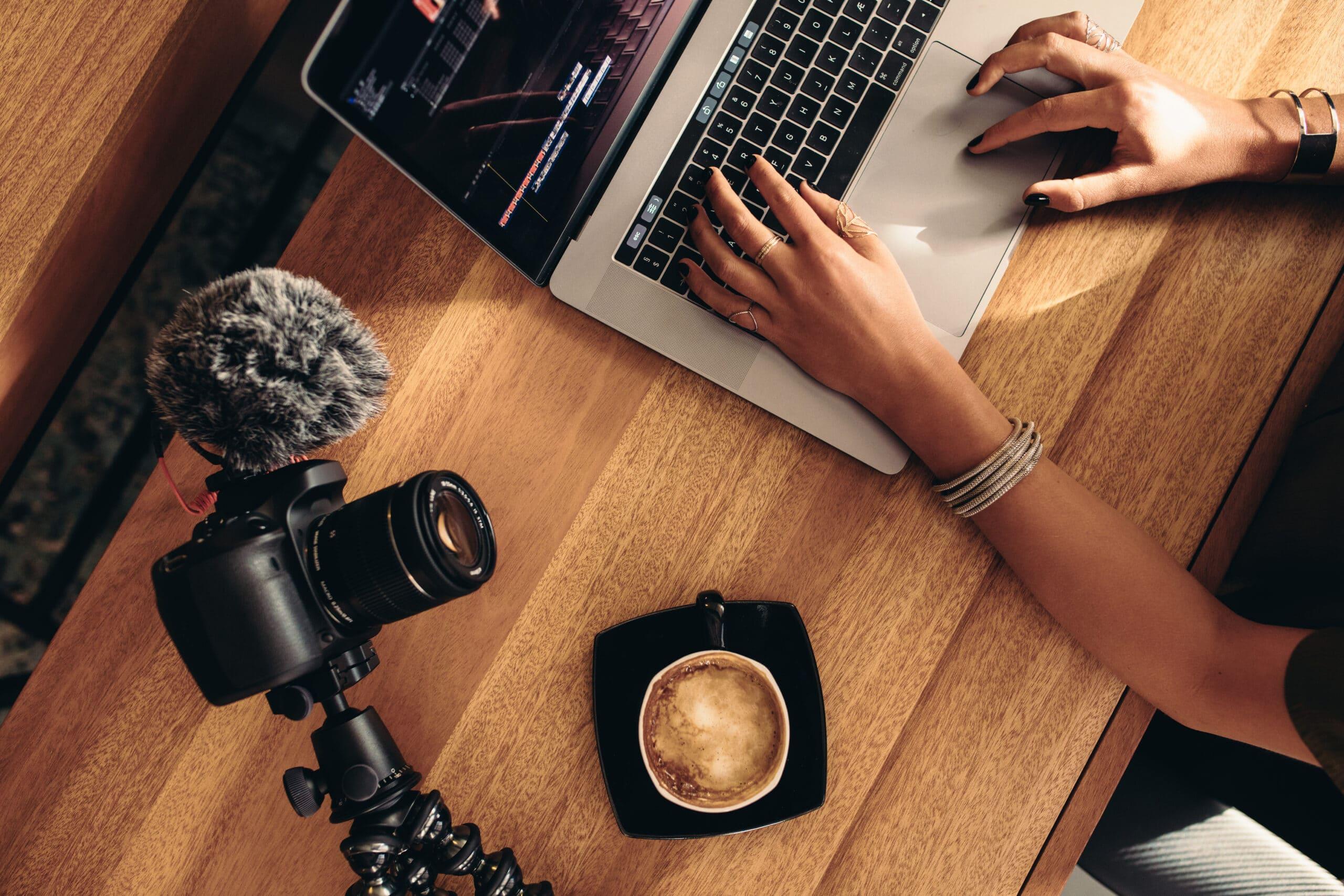 Matte Plays - näin YouTubessa pääsee pinnalle. Nainen editoi videota kahvilassa.