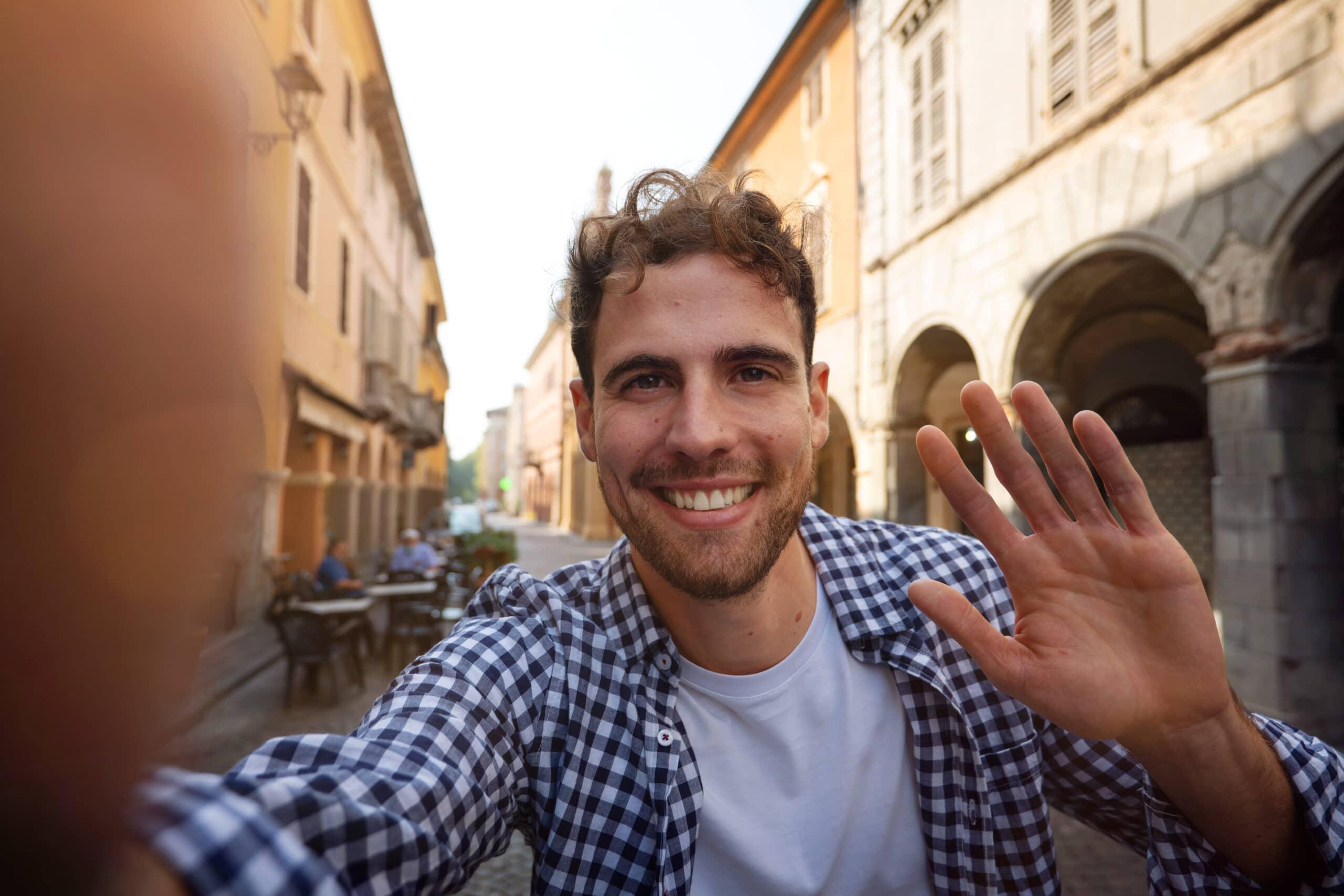 TikTok-markkinointi. Mies kuvaa selfie-videota.