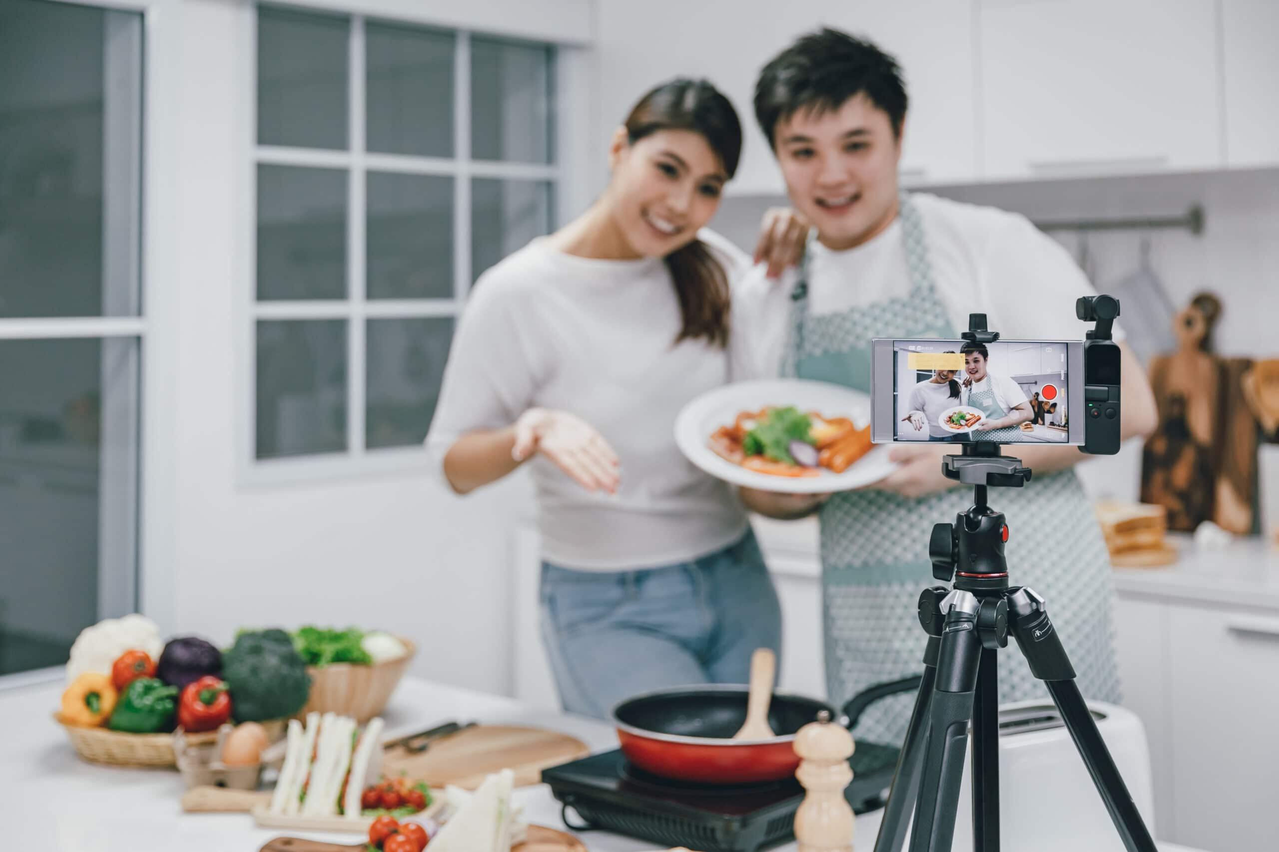 TikTok-markkinointi. Pariskunta kuvaa ruuanlaitto-videota.