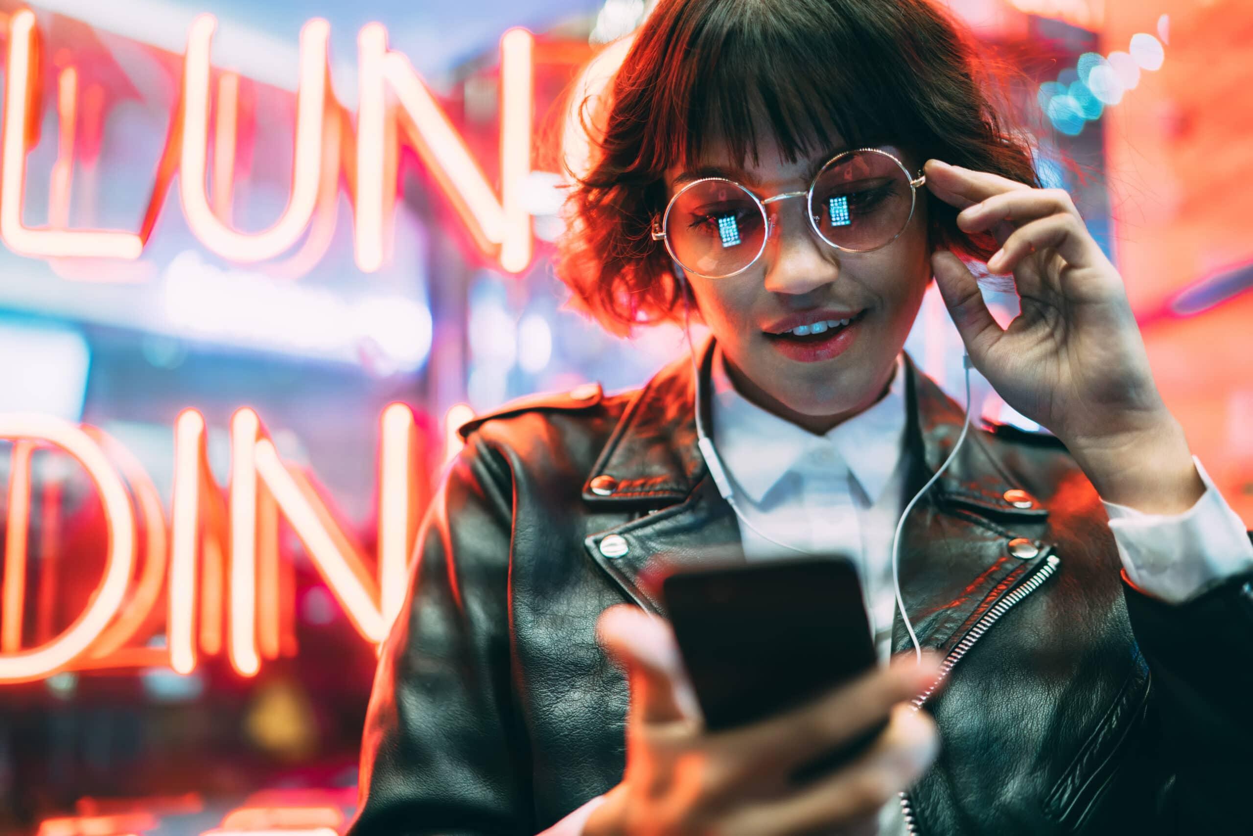 TikTok-markkinointi. Tyttö katsoo puhelinta.