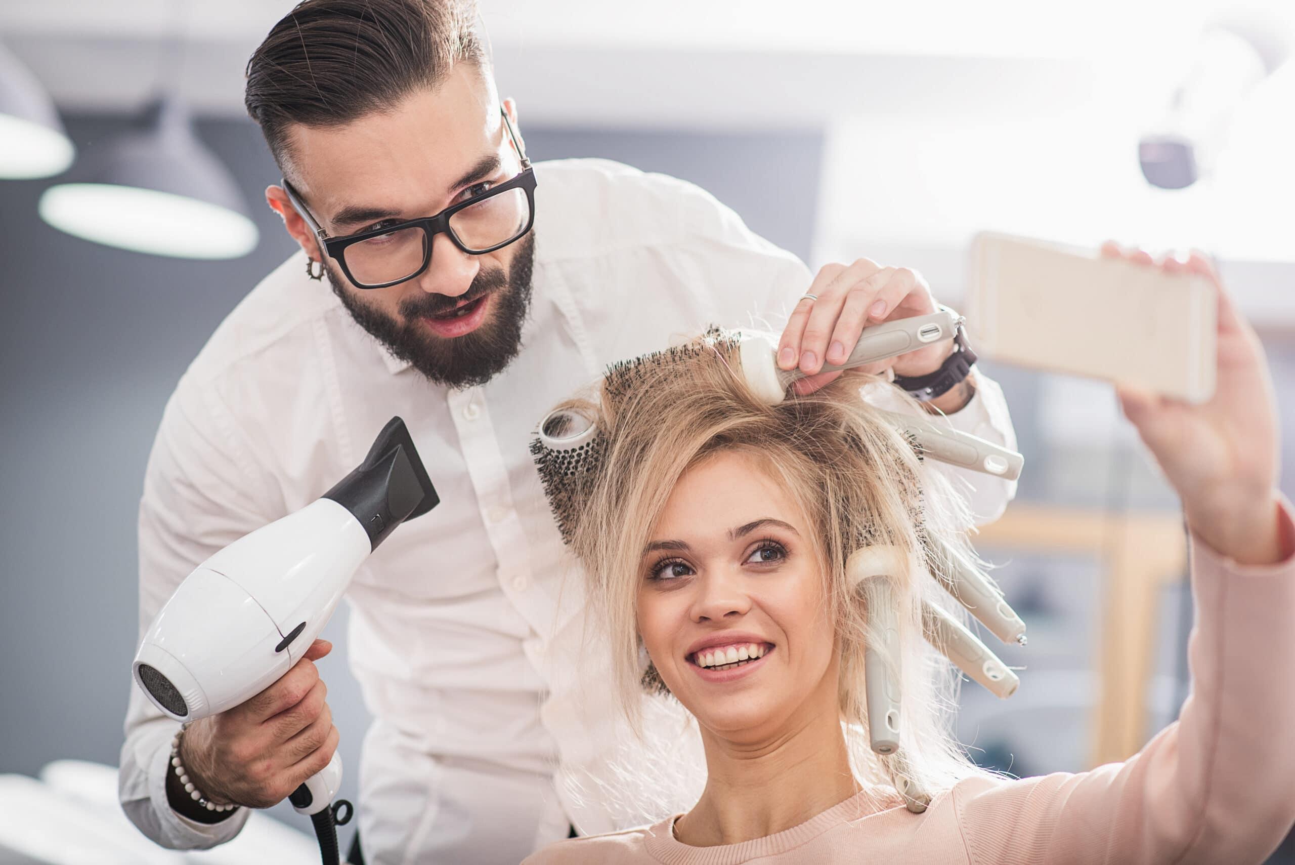 Toimialan valinta. Parturikampaaja föönaa asiakkaan hiuksia.