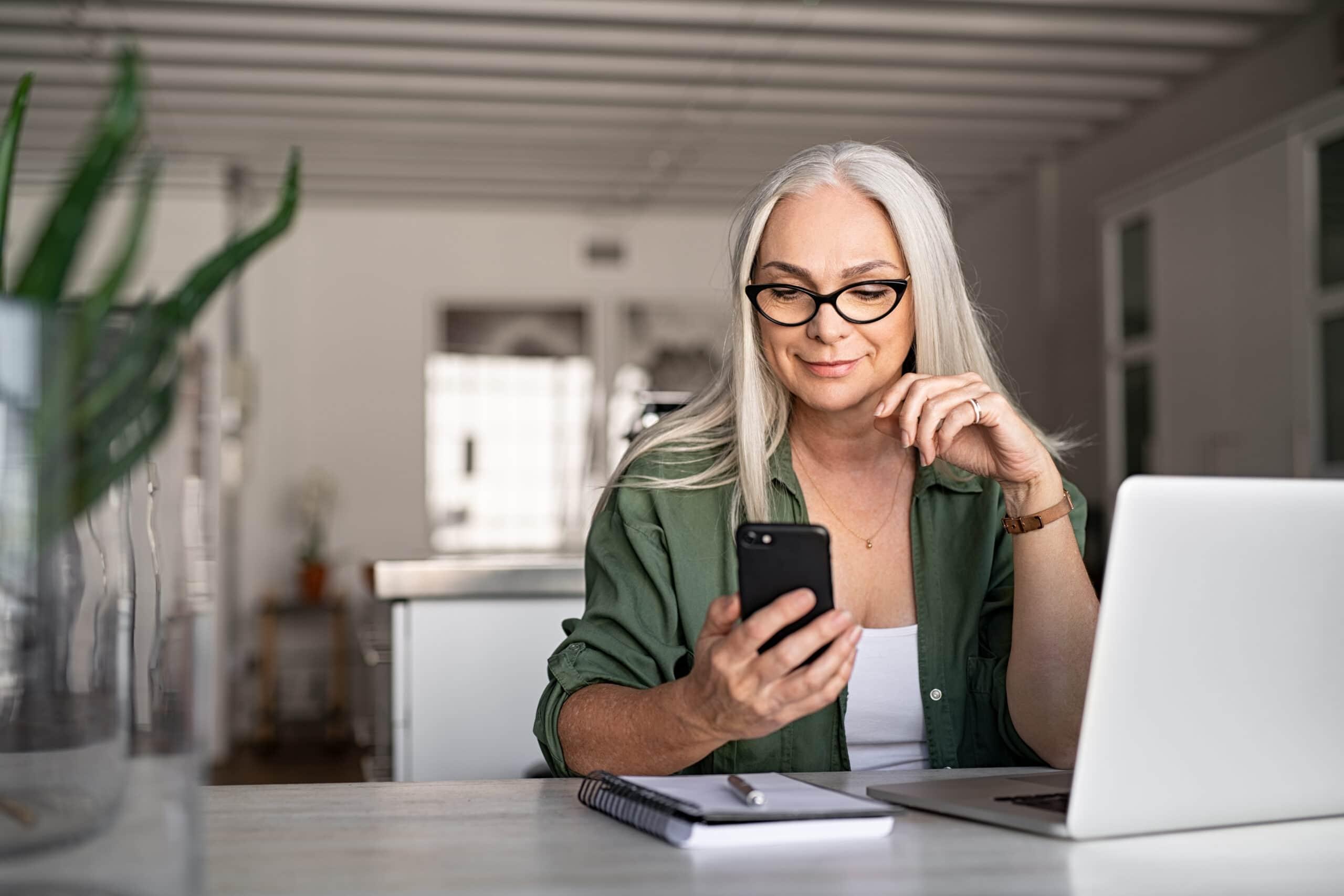 Yleisimmät työhaastattelukysymykset. Nainen valmistautuu työhaastatteluun tietokoneen ääressä.