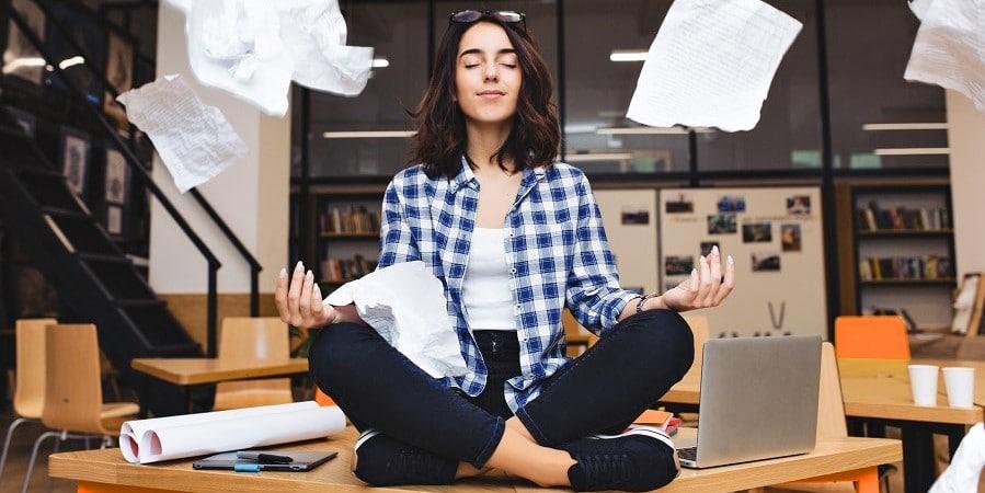 kirjanpidon-sailytysaika-yrittaja-nainen-meditoi-ja-papereita-lentelee-ymparilla-2