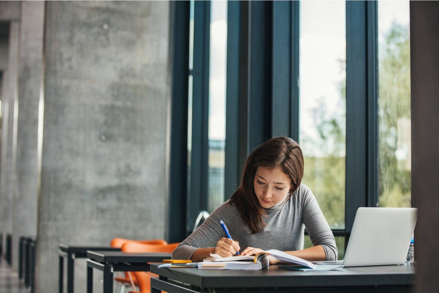 Oppiartikkeli. Nainen opiskelee.