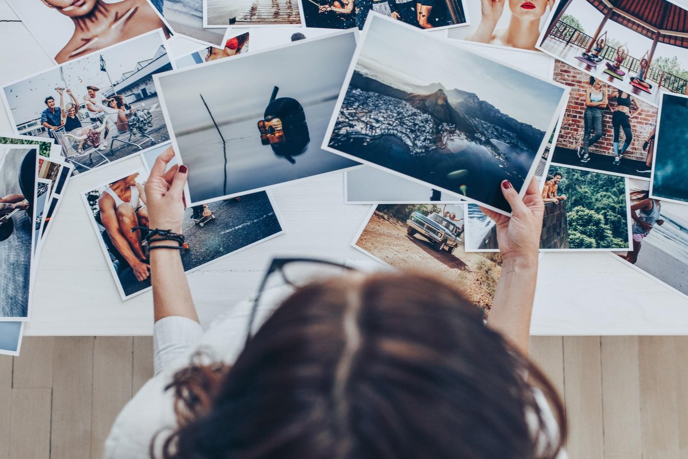 Parasta yrittäjyydessä on intohimo. Nainen katselee valokuvia.