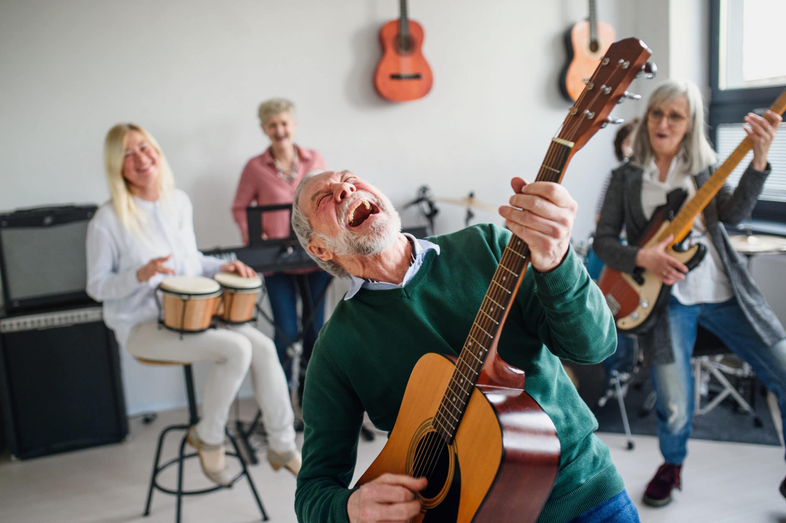 Suomen Yritteliäin päivä. Mies soittaa kitaraa bändissä.