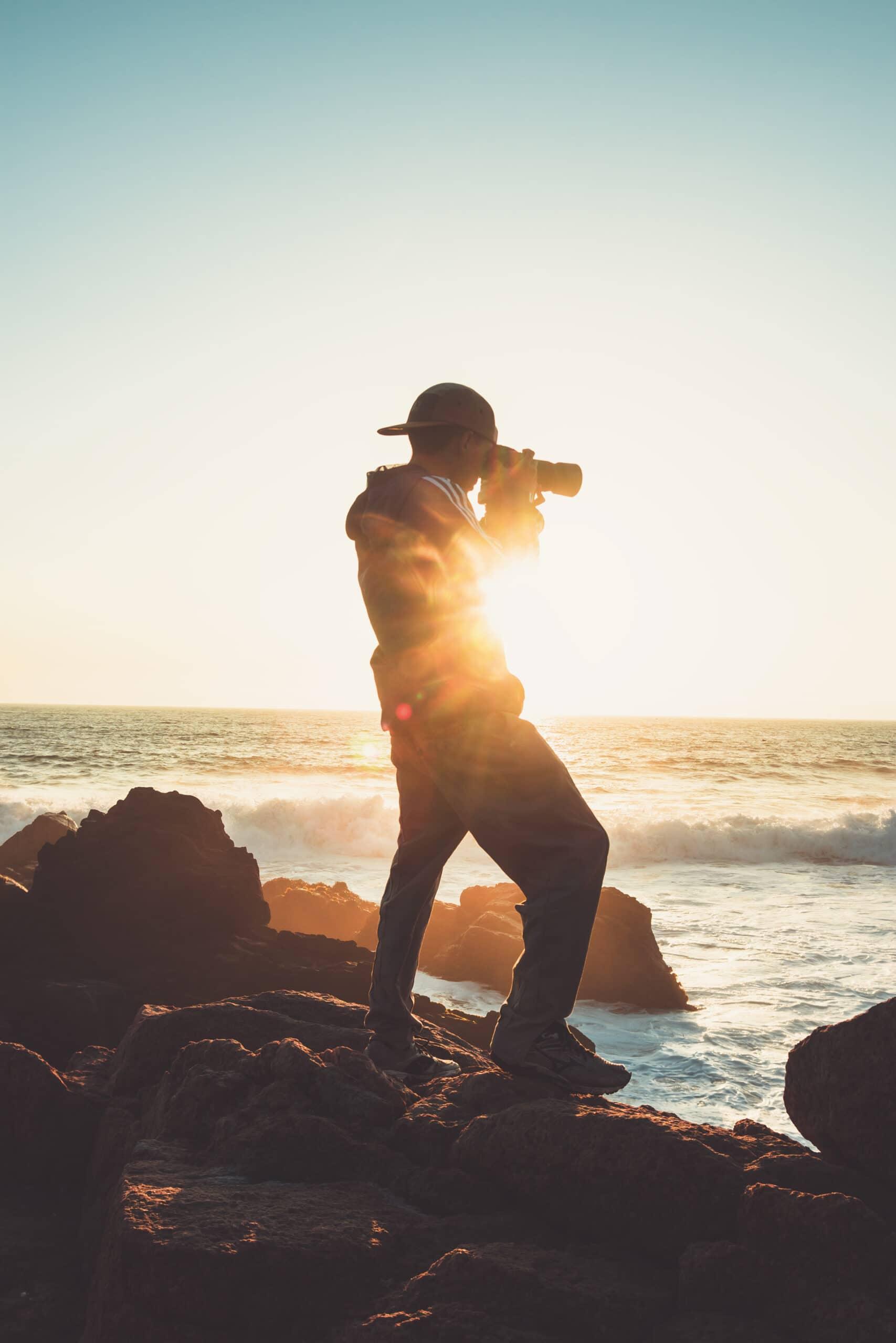 Kevytyrittäjä ja valokuvaaja. Freelance-valokuvaaja kuvaa merta