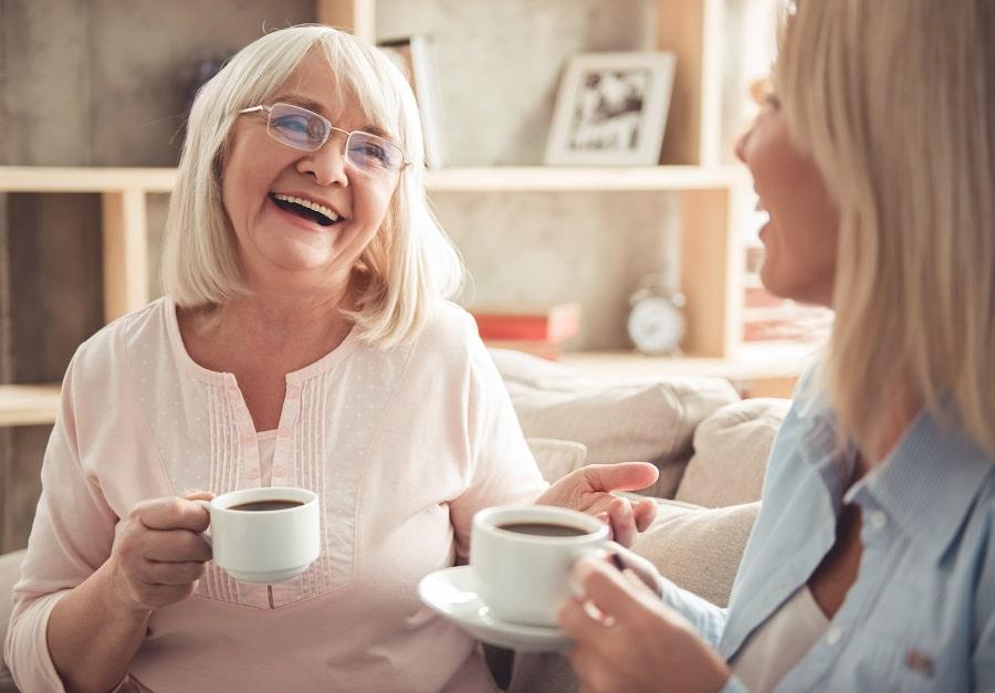 Äiti ja tytär juovat kahvia ja juttelevat