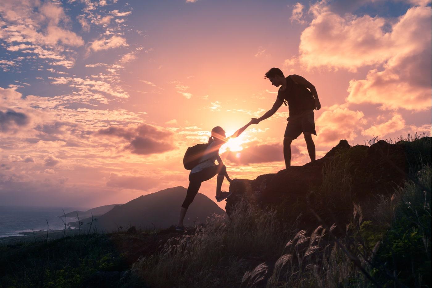 Yrityskummit mentoroivat nuoria yrittäjiä. Kiipeilijä auttaa toista.