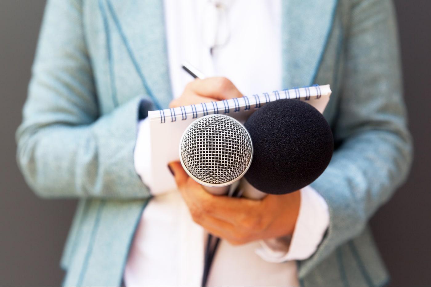 Miten media kiinnostuu yrittäjästä? Toimittaja työssään.