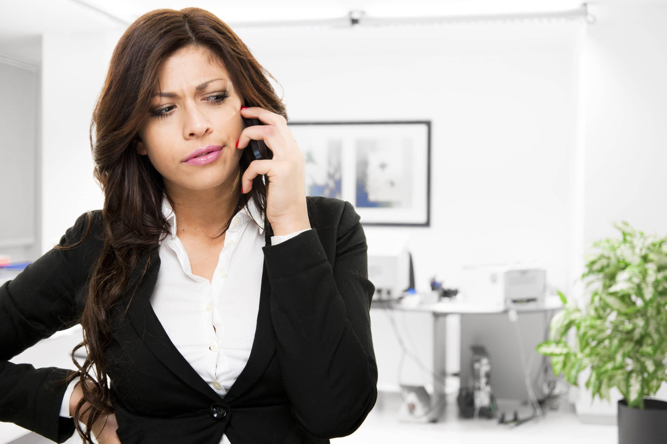 Uusi yrittäjä ja huijaussoitot. Nainen vastaa puheluun.