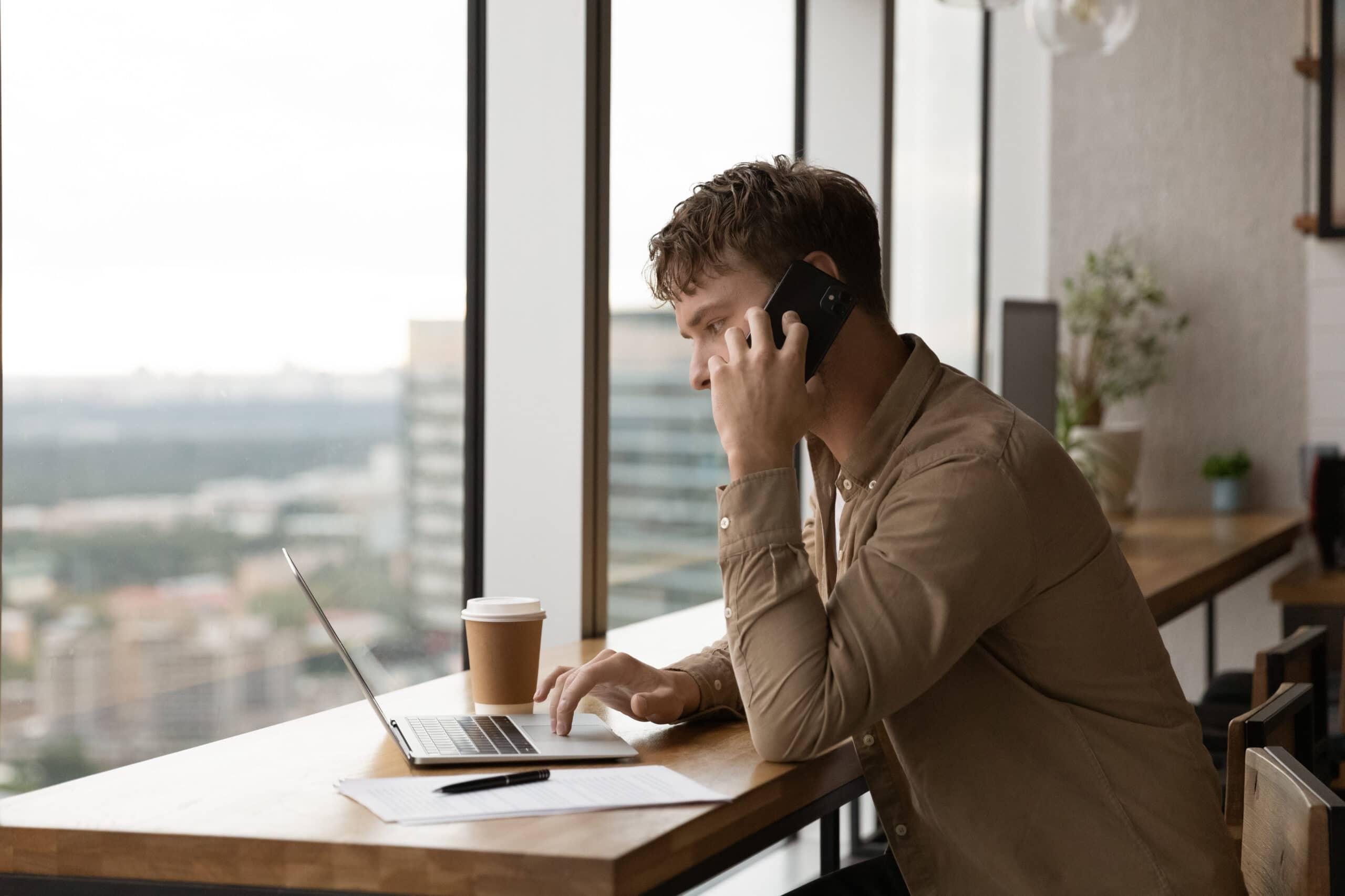 Uusi yrittäjä ja huijaussoitot. Yrittäjä puhuu puhelimessa.