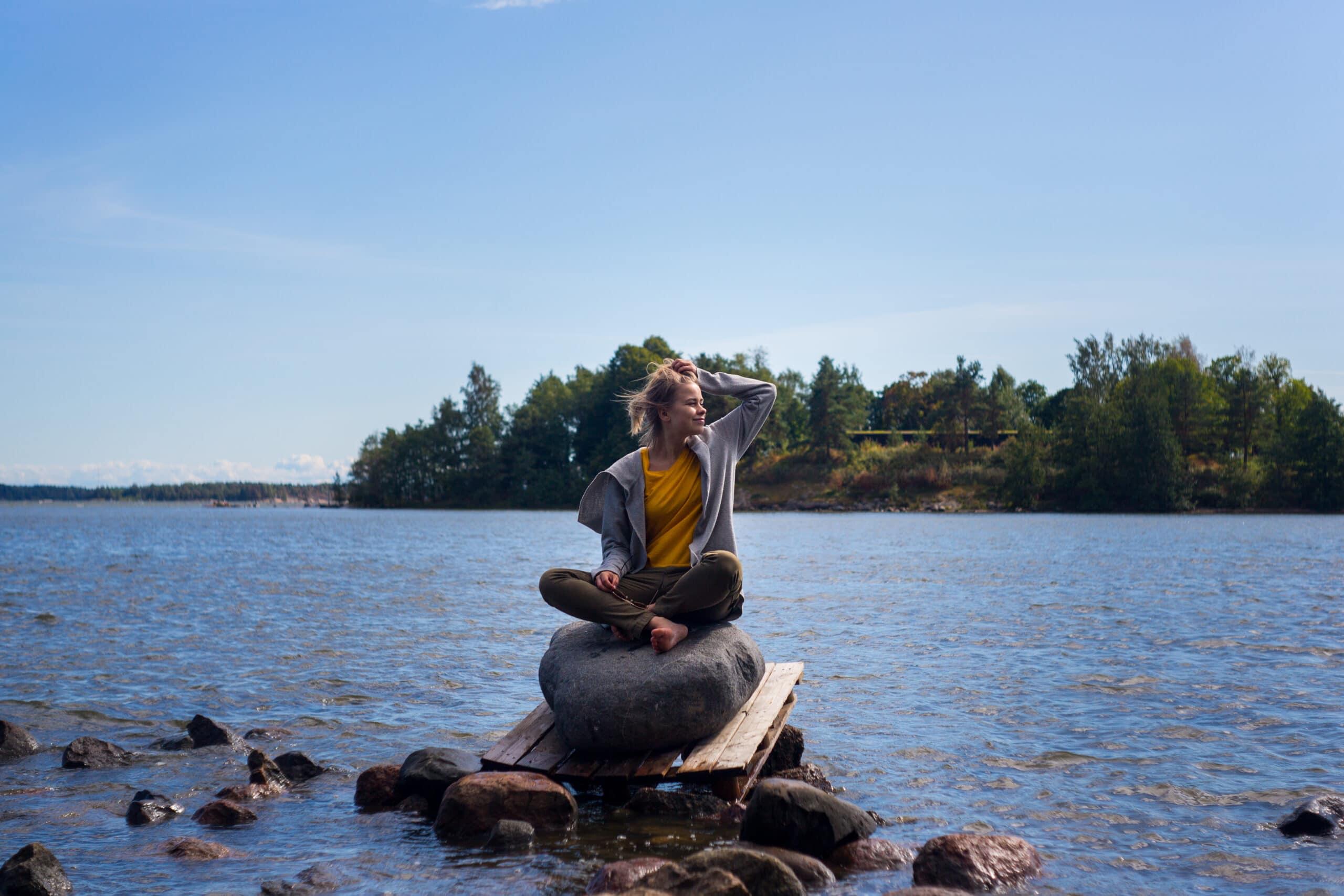 Nina Laitiala järven rannalla.