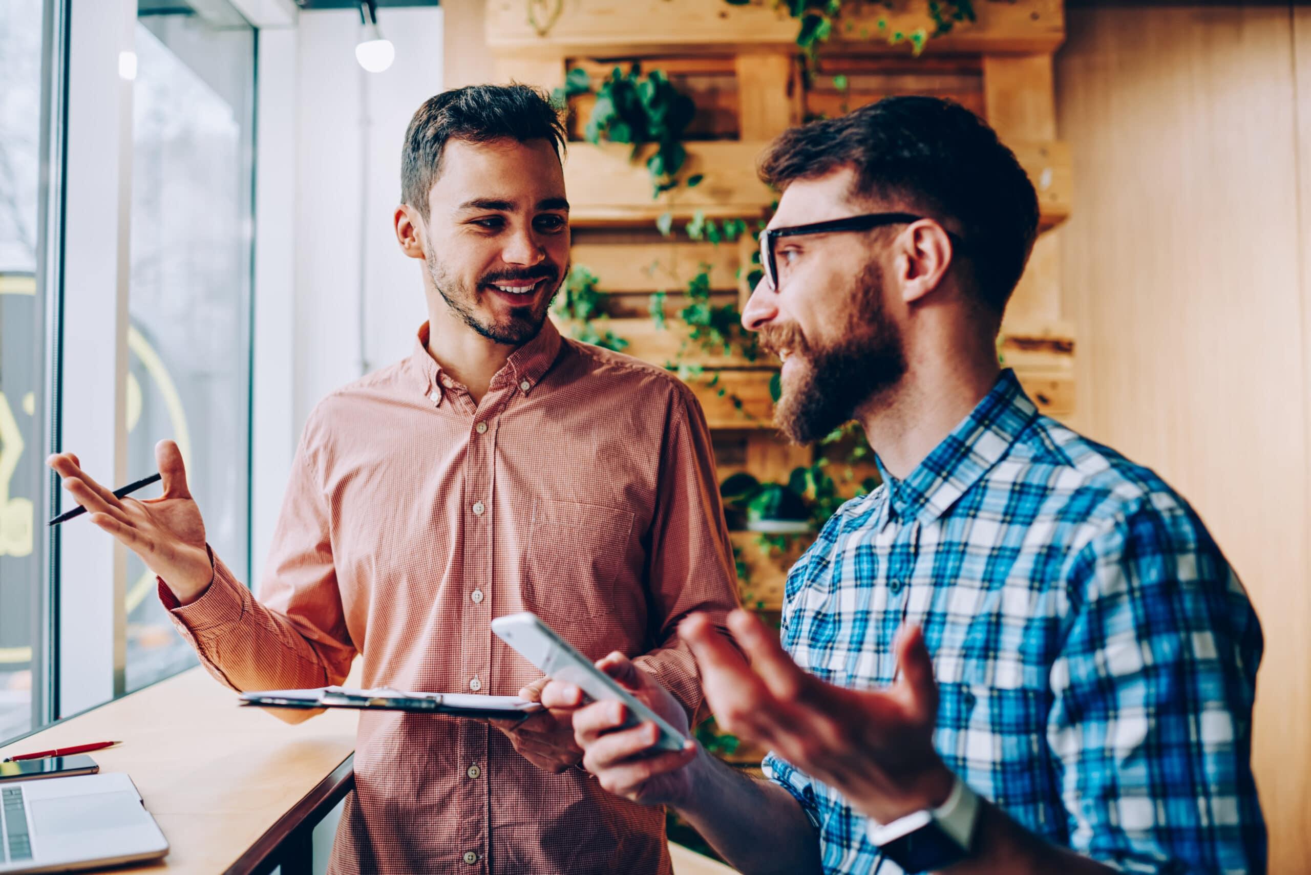 Yrittäjän ensimmäiset asiakkaat. Kaksi miestä keskustelee.