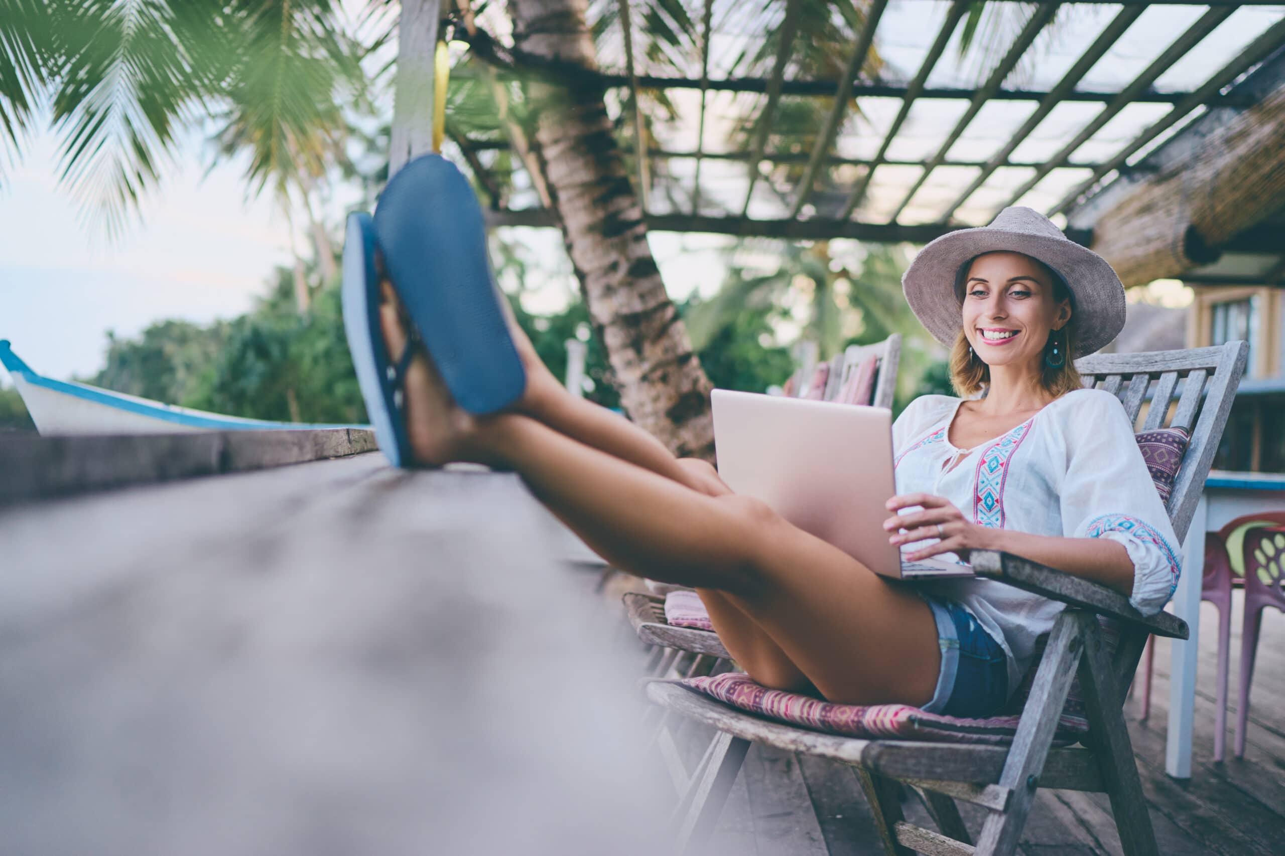 Kesätyö kevytyrittäjänä. Nainen tietokoneen kanssa.