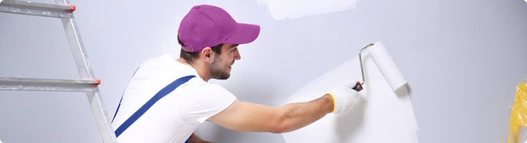 Kevytyrittäjä maalaa seinää