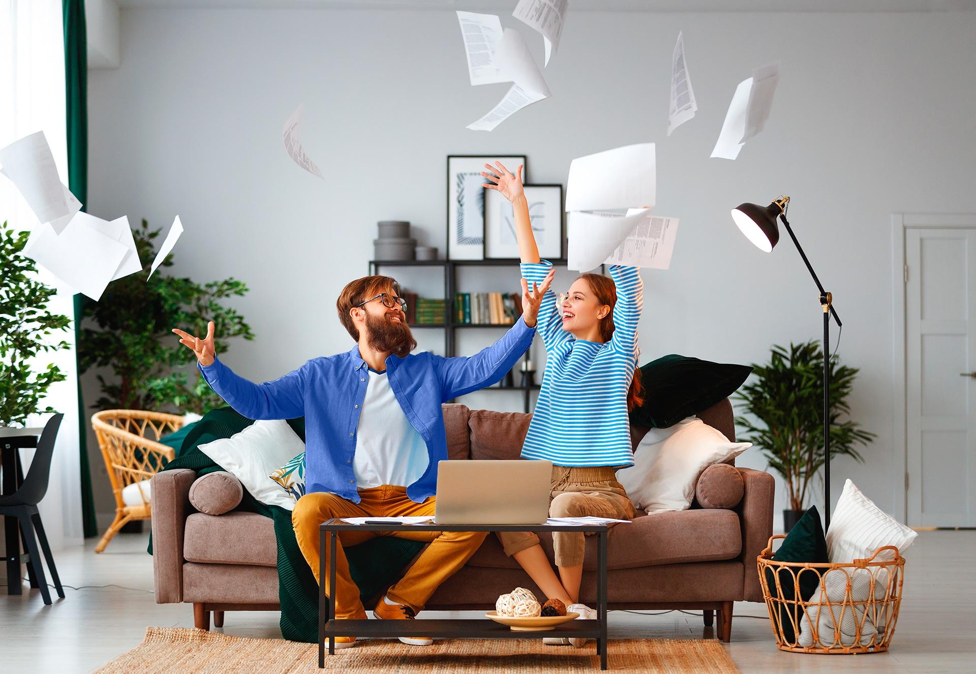 Toiminimi vai kevytyrittäjyys? Mies ja nainen heittävät paperityöt ilmaan