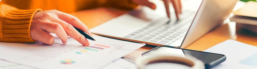 Yrittäjä laskee veroja