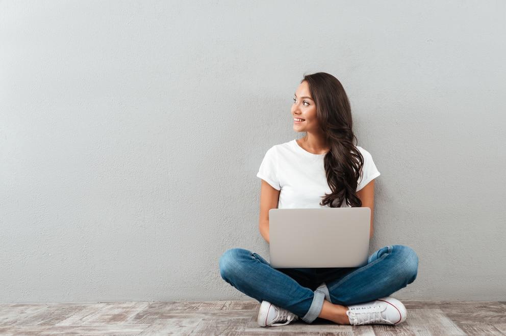 Toiminimi - nainen istuu lattialla ja miettii