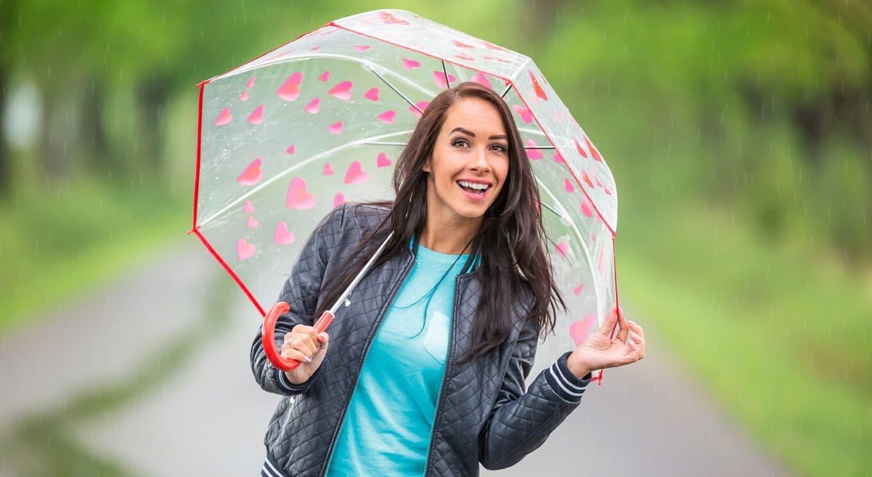 yel-vakuutuksen-muuttaminen-iloinen-nainen-kesasateessa