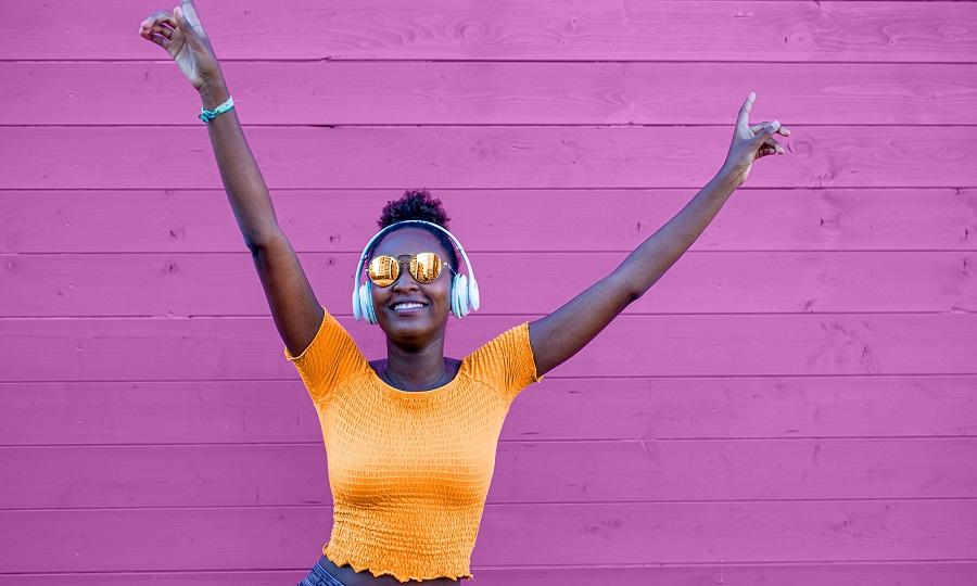 yrittajan-loma-iloinen-nuori-nainen-kuuntelee-musiikkia
