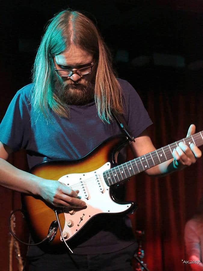 Ilkka Turta soittaa kitaraa kevytyrittäjänä.