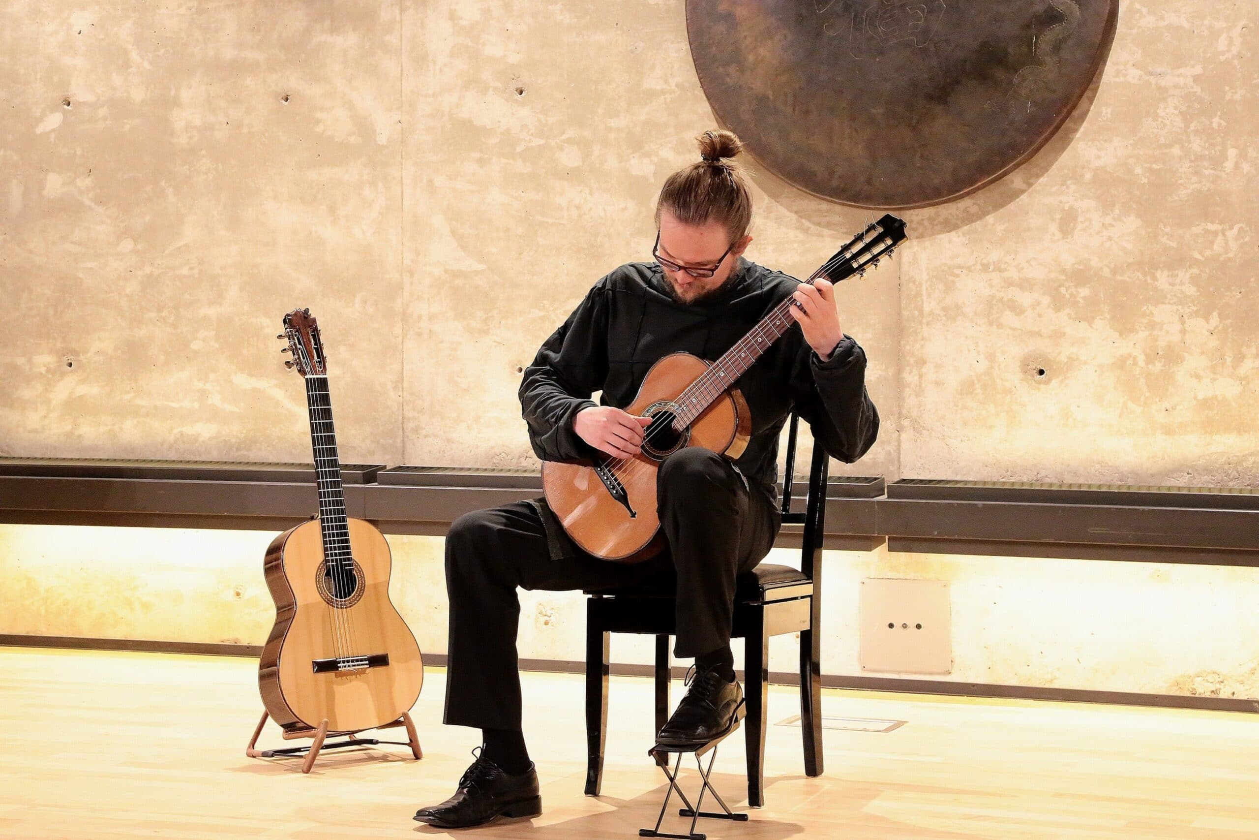 Mies ja kitara, Ilkka Turta.