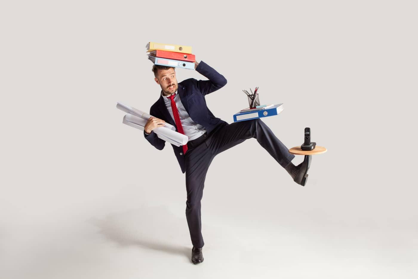 Kirjanpito-ohjelma toiminimi. Yrittäjä tasapainoilee kirjanpitonsa kanssa.