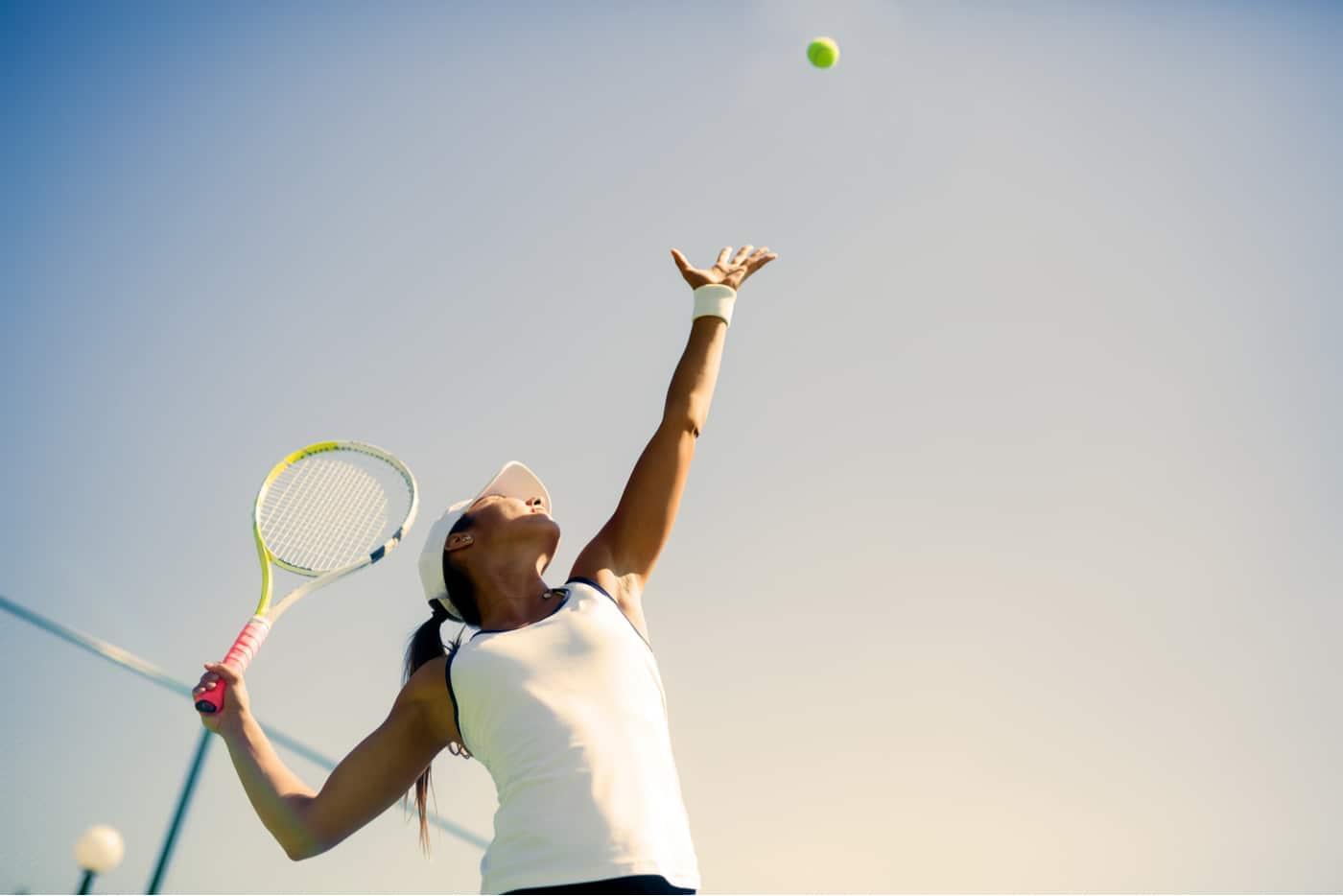 naistenviikon kolumni. Tennispelaaja syöttää.